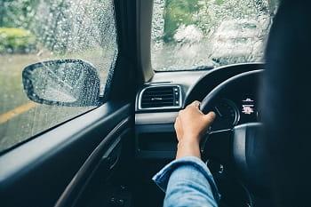 Une photo d'une personne conduisant une voiture.
