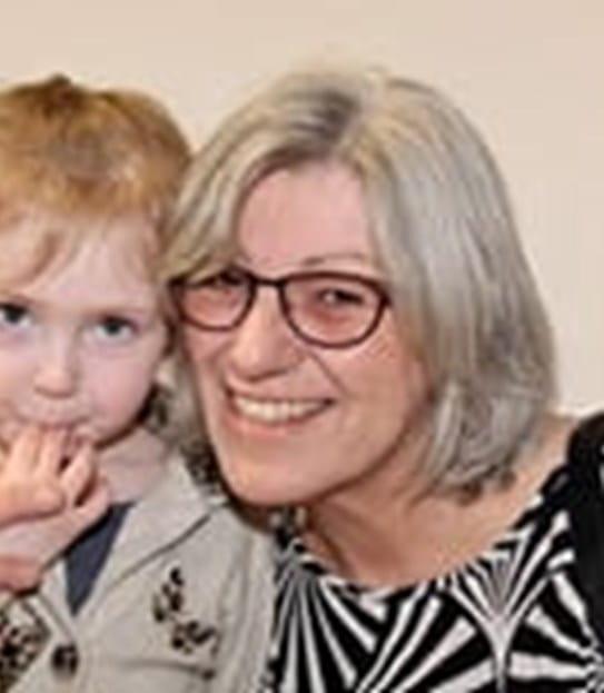 Liz Webb souriant, entourant de son bras sa petite-fille