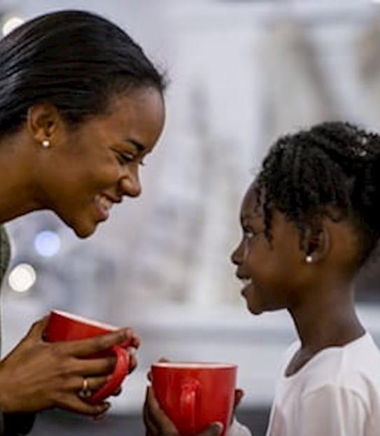 Une mère souriant à sa fille