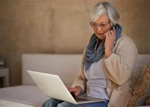 Femme sur téléphone portable et ordinateur portable
