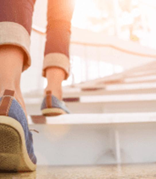 Une personne qui monte les escaliers