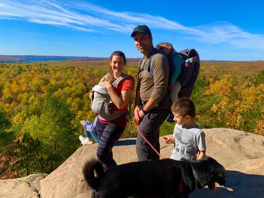 Alexis et sa famille prenant la pose durant une randonnée.