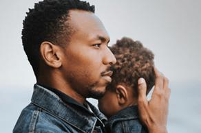 Homme tenant un jeune enfant