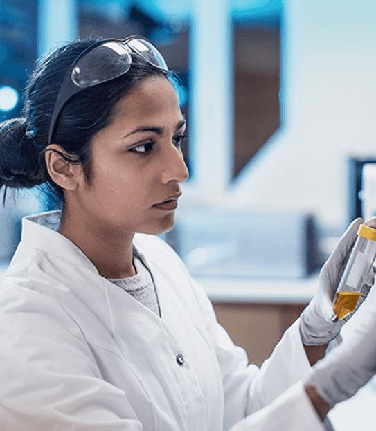 Une chercheuse utilisant un ordinateur dans un laboratoire