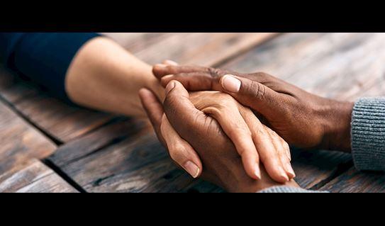 Deux personnes se tenant la main