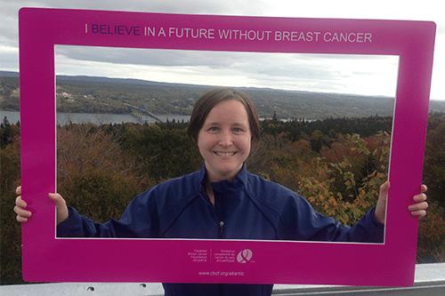 Kimberley tenant vers le haut un cadre rose de conscience de cancer du sein.