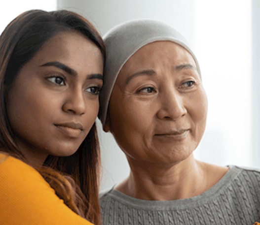 Un patient cancéreux étreint par son soignant