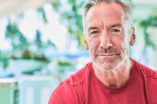 Un homme plus âgé souriant
