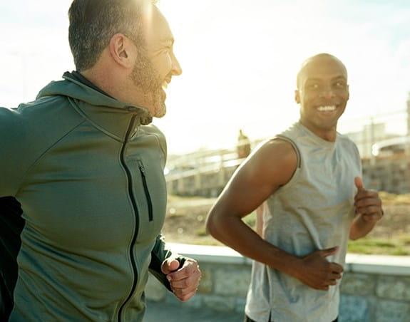 Deux hommes en train de courir ensemble