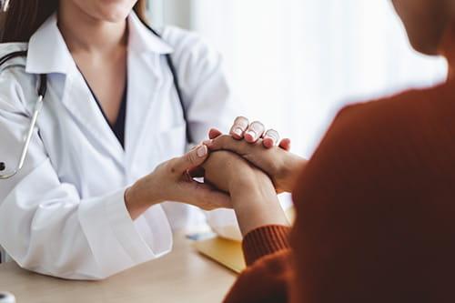 Un médecin réconfortant un patient