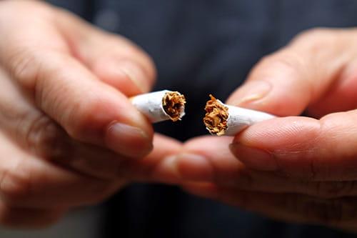Une cigarette cassée en deux