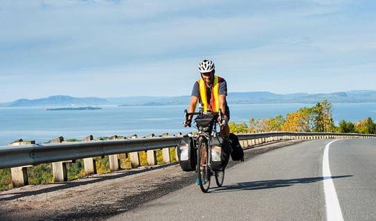 Vincent à vélo sur une autoroute