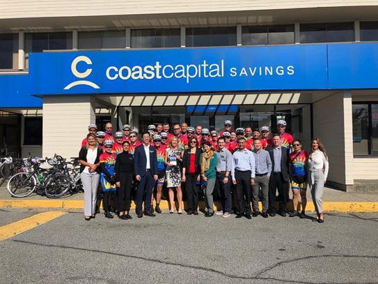 Les membres de Coast Capital Savings posent avec des coureurs de l'équipe du Tour de Côte Cops for Cancer au cours de la tournée de cette année