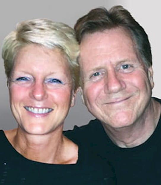 Brian qui sourit, en compagnie de sa femme