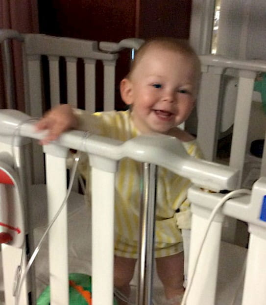 Aeson souriant debout dans son lit d'hôpital