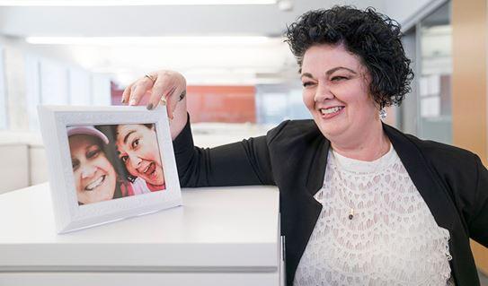 Tammy tenant une photo d'elle-même et de Niki