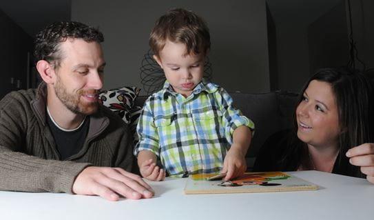 Tyler en compagnie de son fils et de sa femme, assemblant un casse-tête à la maison.