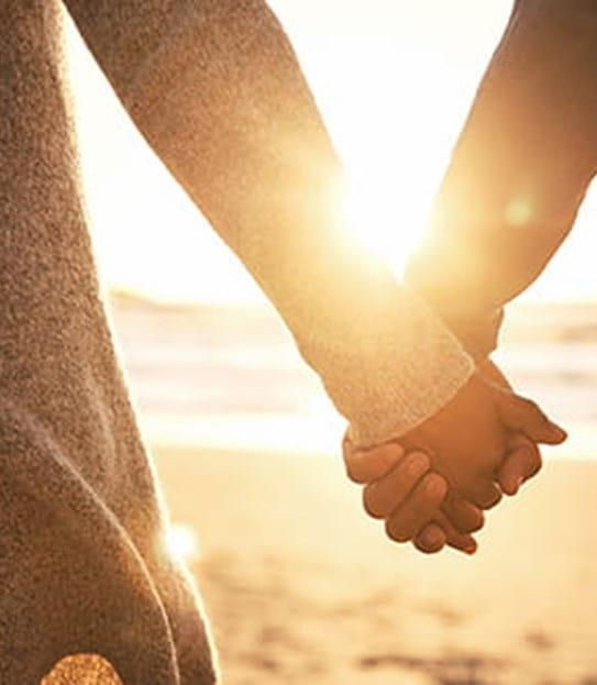Un couple qui se tient de la main
