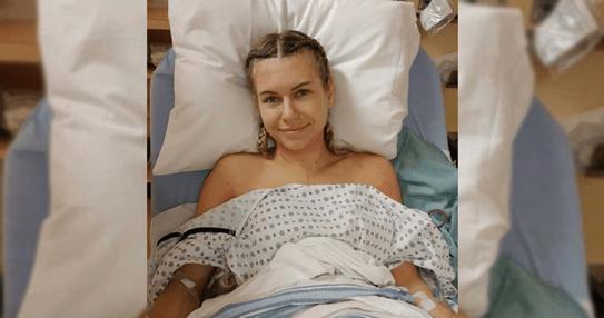 Meghan dans la salle de réveil après sa double mastectomie