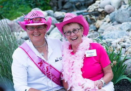 Eleanor Rudd et une participante au tournoi Vert la guérison, tout habillées de rose.