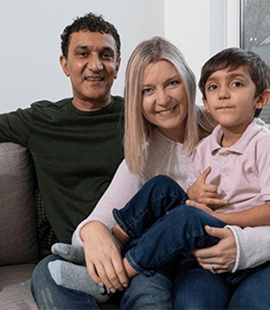 Kathy et sa famille, assise sur un divan