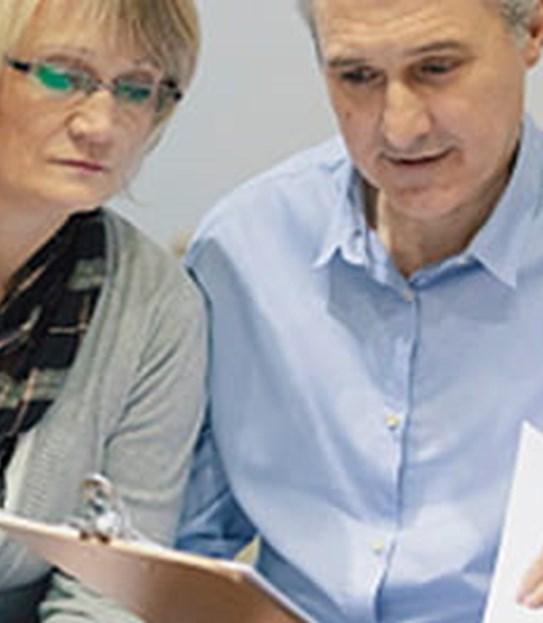 Un couple assis avec un médecin