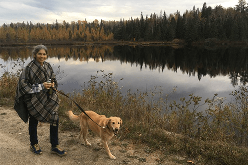 Kim promène son chien au bord d'un lac