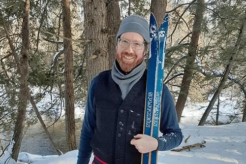Le chercheur Van Houten à l'extérieur durant l'hiver et souriant.