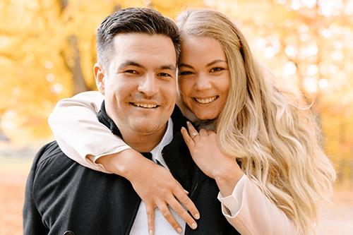 Megann et son fiancé Karl sourient.