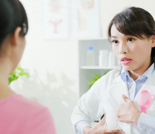 Un médecin montrant comment faire un examen des seins