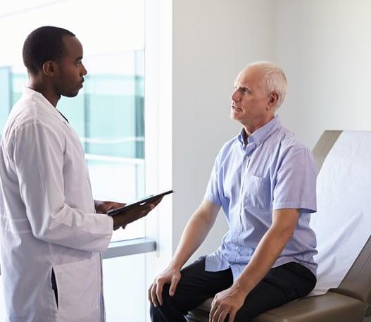 Un médecin en compagnie d'un patient dans une salle d'examen