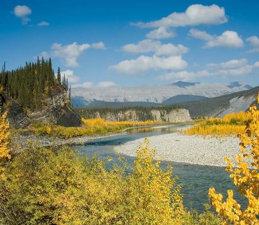 Panorama de la rivière et des monts Ogilvie, Yukon