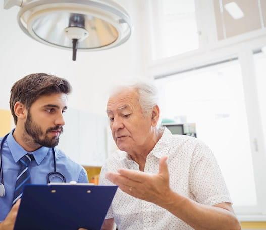 Un patient posant des questions à son médecin