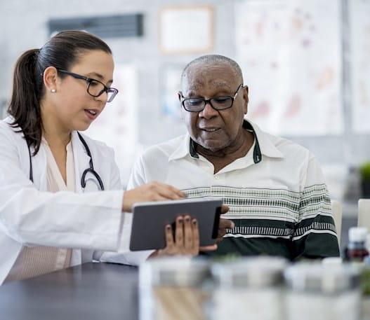 Une personne regardant des résultats d'analyse avec son médecin