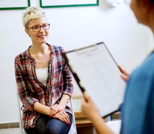 Une patiente qui consulte son médecin pour un bilan de santé
