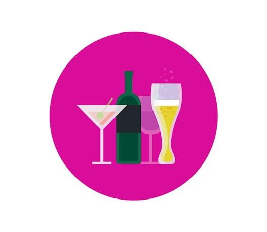 Une bouteille de vin et des verres de différents types d'alcool