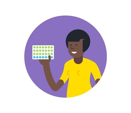 Une personne tenant une plaquette de contraceptifs oraux