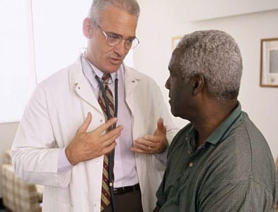 Un médecin parle à un patient
