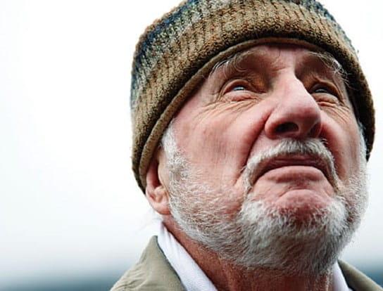 Un homme âgé levant les yeux au ciel