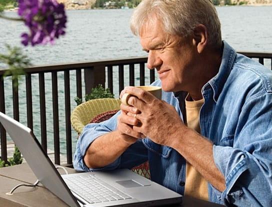Un homme âgé assis à une table de pique-nique