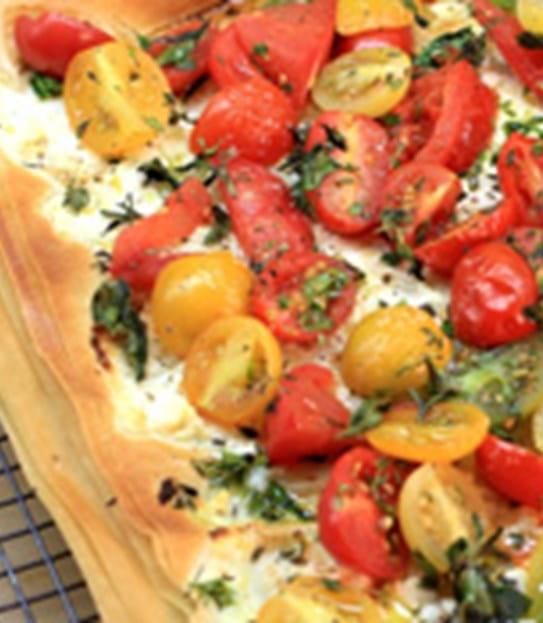 Plan rapproché d'une tarte phyllo garnie de tomates.