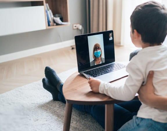 Une femme et un enfant lors d'un appel vidéo