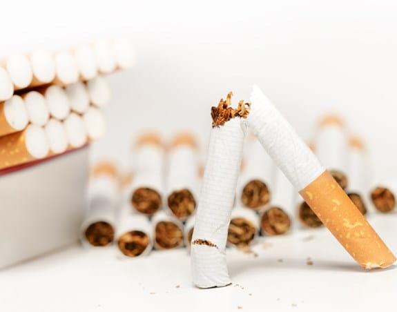 Cigarette cassée tenue en l'air.