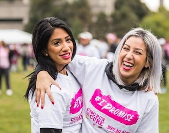Deux jeunes femmes portant un t-shirt de la Course à la vie CIBC prenant la pose.