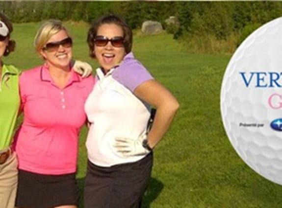 Trois femmes souriantes et debout sur un terrain de golf