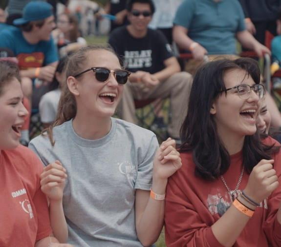 Deux jeunes filles riant pendant un événement du Relais pour la vie