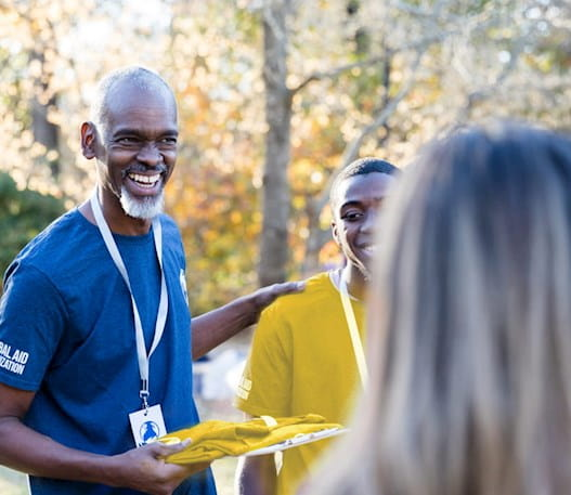 Un volontaire qui parle à un groupe de volontaires