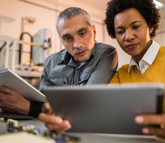 Deux personnes regardent des statistiques sur le cancer sur une tablette