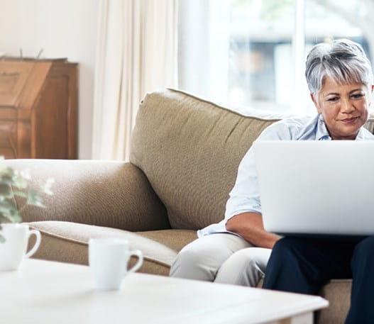 Deux personnes regardant ensemble un ordinateur portable
