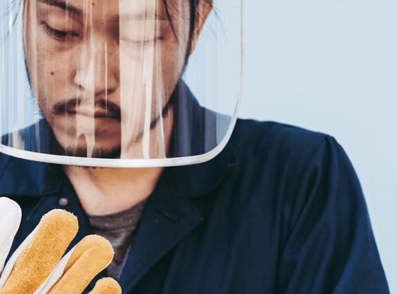 Image montrant un homme qui porte de l'équipement de protection individuelle, dont une visière.